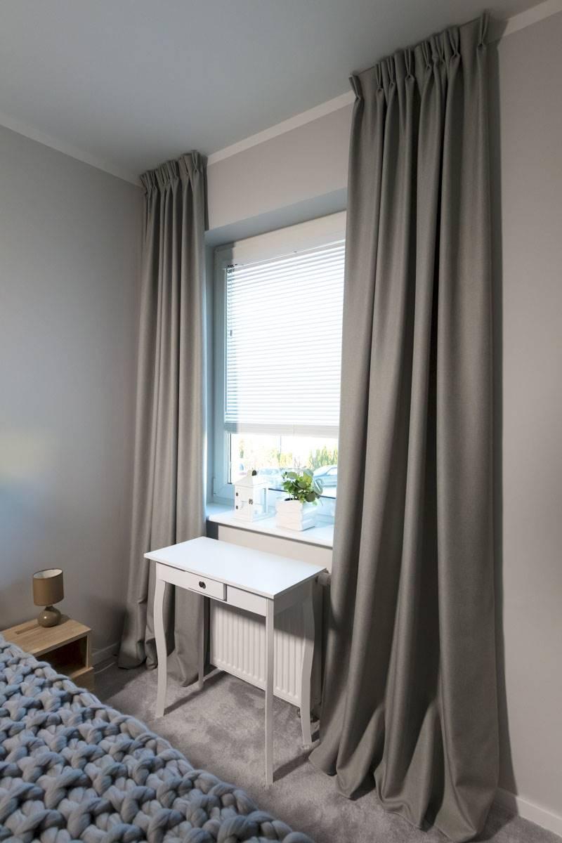 Sypialnia z żaluzjami i zasłonami
