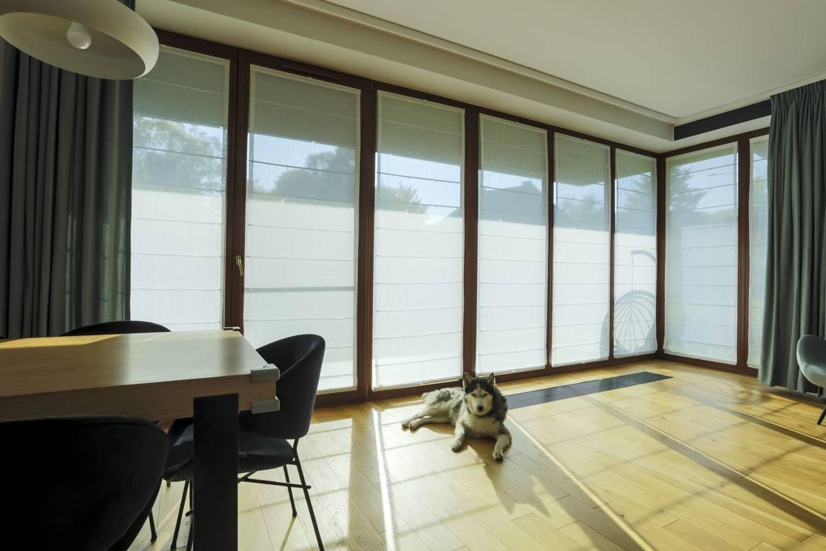 RVS na dużych oknach z zasłonami