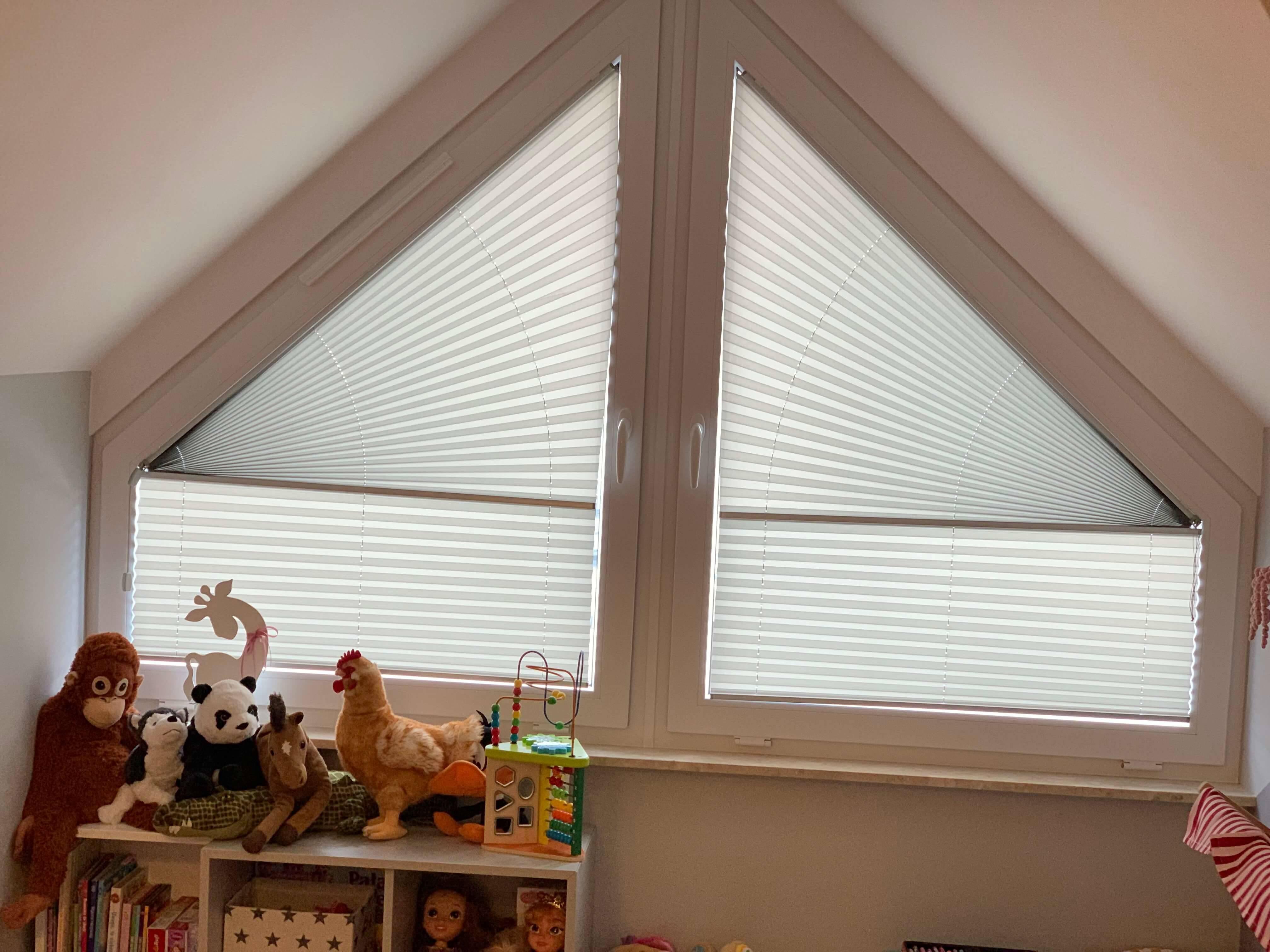 Skośne okna w plisach