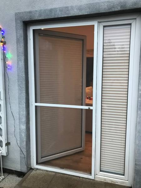 Biała moskitiera drzwiowa