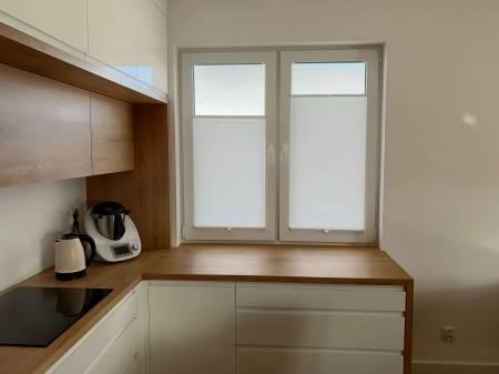 Plisa na podwójnym oknie kuchennym